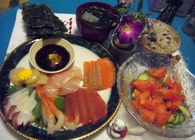 R0012189_0701夜-手巻寿司の具、トマトサラダ、わかめ味噌汁、雑穀米、焼き海苔_400.jpg