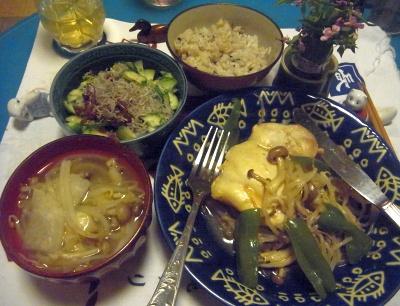 R0012216_0705夜-チキンソテー野菜味噌汁、きゅうりちりめんしば漬け、氷出し煎茶_400.jpg