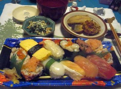 R0012547_0904夜-握り寿司、白あえ、サンマ揚げ、ナス揚げ、お吸い物_400.jpg