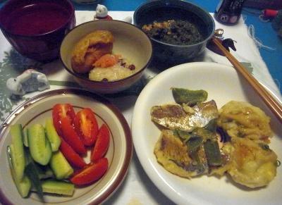 R0012563_0907夜-アジソテーと里芋揚げ、貰った野菜のサラダ、いなり寿司、赤飯、めかぶ納豆_400.jpg