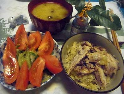 R0012673_0926サンマ2倍オレンジご飯、トマトサラダ、味噌汁、金木犀_400.jpg