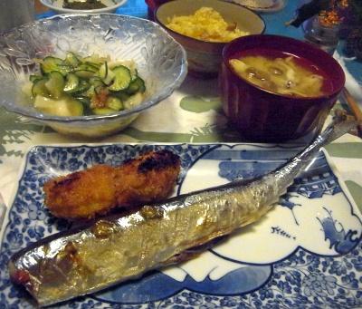 R0012658_0924夜-サンマ焼き、カキフライ、キュウリサラダ、しめじ味噌汁_400.jpg
