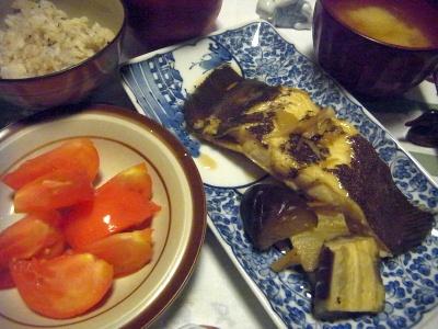 R0012679_0927夜-カレイと茄子煮付け、トマト、味噌汁、雑穀米ご飯_400.jpg