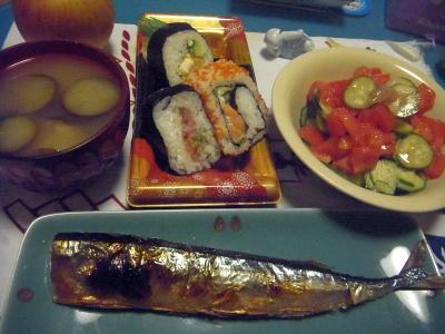 R0012710_1004夜-サンマ焼き、巻き寿司、トマトサラダ、茄子の味噌汁_400.jpg