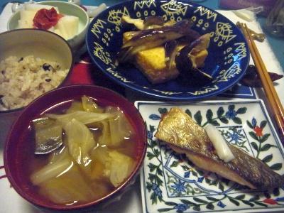 R0012724_1007夜-秋鮭、キャベツスープ、茄子と厚揚げ焼き、雑穀米ご飯、梅大根_400.jpg