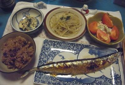 R0012743_1010夜-サンマ焼き、お赤飯、白あえ、もやし炒め、トマト_400.jpg