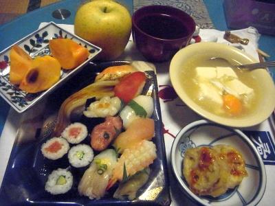 R0013464_1203夜-握り寿司、れんこんはさみ揚げ、冷凍卵の豆腐スープ、お吸い物、柿、リンゴ_400.jpg