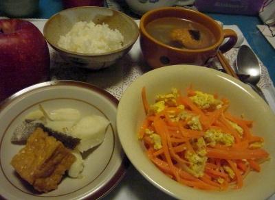 R0013527_1214夜-人参ツナ卵炒め、鱈スープ煮、お吸い物、リンゴ_400.jpg