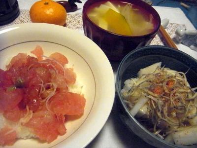 R0013588_1225マグロすき身丼、コウナゴ大根サラダ、かぼちゃ味噌汁、みかん_400.jpg