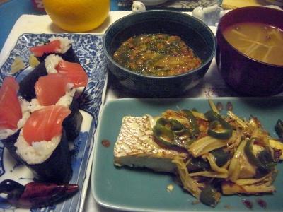 R0013733_0117夜-鯛のポアレ、マグロの巻き寿司、めかぶ納豆、味噌汁_400.jpg