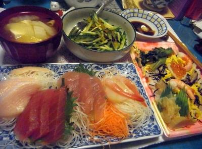 R0013769_0122夜-お刺身盛り合わせ、菜の花と海鮮のちらし寿司、豆腐の味噌汁、キュウリのマーマレードあえ_400.jpg