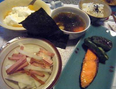 R0014031_0309夜-鮭焼き、チャーシューサラダ、あおさスープ、海苔ごはん、いよかんヨーグルト_400.jpg