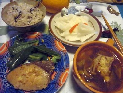 R0014091_0321夜-ブリの照り焼き、鶏のスープ、雑穀ごはん、大根サラダ_400.jpg