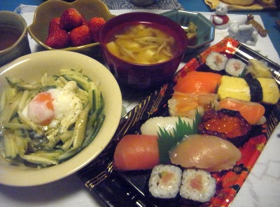 R0014137_0329夜-握り寿司、卵サラダ、味噌汁、いちご_400.jpg