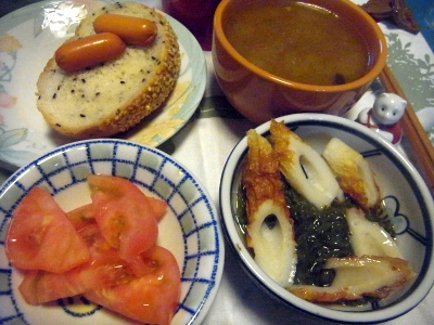R0014152_0401夜-めかぶちくわ、トマト、スモークチーズ、パン、スープ_400.jpg