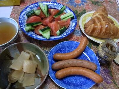 R0019145_0418昼-ソーセージ、パン、サラダ、大根煮物、スープ_400.jpg