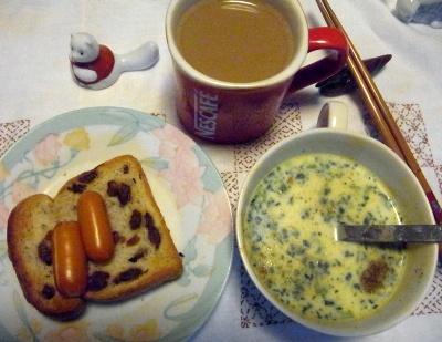 R0014220_0425夜-スモークチーズとレーズントースト、ほうれん草スープ、カフェオレ_400.jpg