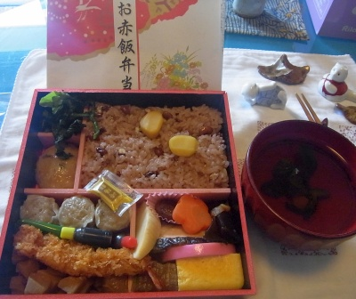 R0014337_0522昼-お赤飯弁当、お吸い物_400.jpg