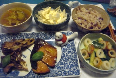 R0014347_0524夜-ブリの照り焼き、焼き舞茸、ちくわサラダ、野菜スープ、大根サラダ、お赤飯_400.jpg