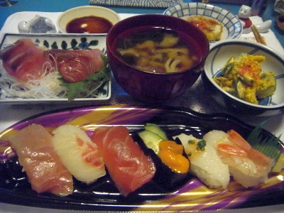 R0014386_0603夜-握り寿司、かつおお造り、かぼちゃサラダ、しめじお吸い物、レンコンはさみ揚げ_400.jpg