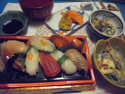 R0014443_0617夜-握り寿司、春雨サラダ、白あえ、オクラ揚げ物、人参マリネ、お吸い物_400.jpg
