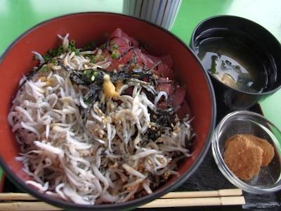 R0020783_0620昼・外食-釜揚げしらすとまぐろ切落し丼、味噌汁、きな粉デザート_400.jpg