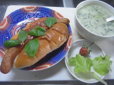 R0014546_0714昼-採れたてイチゴとレタス、バジルのせホットドッグ、ほうれん草スープ_400.jpg