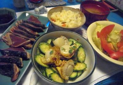 R0014555_0715夜-かつおのたたき、蒸しホタテサラダ、トマトサラダ、寿司ご飯、味噌汁_400.jpg