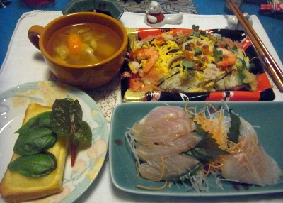 R0014603_0722夜-スズキのお刺身、バジルとスイスチャードチーズトースト、ちらし寿司、にんじんスープ_400.jpg