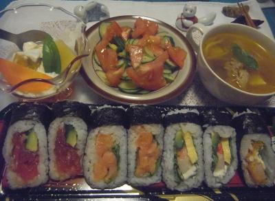 R0014838_0814夜-海苔巻きずし4種、トマトサラダ、かぼちゃとポテトと人参ヨーグルト、カレースープ_400.jpg