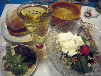 R0015248_0915夜-チャービルとバジル、ヨーグルトサラダ、メンチカツサンド、キャベツスープ、ギリシャ白ワイン_400.jpg