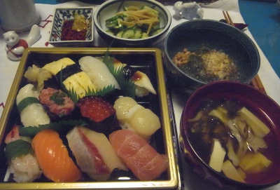 R0015294_0924夜-いくらとホタテの握り寿司、青さのお吸い物、めかぶ納豆、キュウリ生姜酢_400.jpg