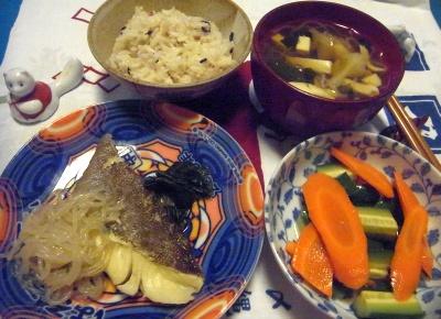 R0015297_0925深夜-たらと糸こんにゃくの煮物、にんじんサラダ、お吸い物、雑穀米ご飯_400.jpg