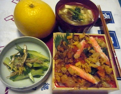 R0015326_1001夜-ウニ入り北海道チラシ寿司、ジャコとキュウリのサラダ、豆苗味噌汁_400.jpg