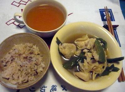 R0015348_1004夜-鶏とピーマン冷凍インゲンの煮物、もち麦十五穀ご飯、お吸い物_400.jpg