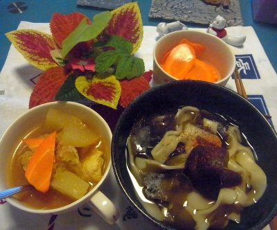 R0015386_1011夜-椎茸きしめん、チキンと大根カレー風味、にんじんサラダ_400.jpg