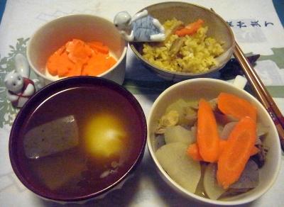 R0015438_1025夜-大根煮物、お吸い物、茹で人参、サンマオレンジご飯_400.jpg