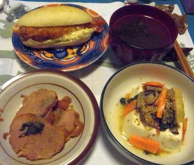 R0015496_1108夜-焼豚、野菜胡麻和えのっけ冷奴、エビフライサンドコッペパン、スープ_400.jpg