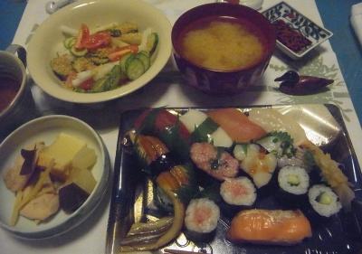 R0015541_1117夜-握り寿司、煮物、サラダ、味噌汁_400.jpg