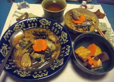 R0015546_1119夜-牡蠣と春菊とえのき茸の炒め物、炊きたてサンマ2匹オレンジご飯、煮物_400.jpg