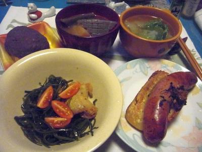 R0015599_1202夜-ソーセージパイ、収穫したミニトマトと茎わかめサラダ、煮物、白菜スープ、おはぎ_400.jpg