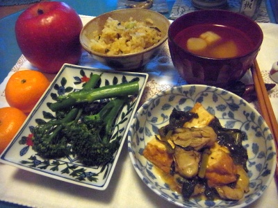 R0015679_1217夜-牡蠣の炒め物、茎ブロッコリー、麩のスープ、サンマご飯、ミカンとリンゴ_400.jpg
