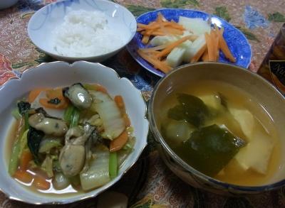 R0024859_0116夜ー牡蠣と白菜の炒め物、豆腐とわかめと大根味噌汁、紅白サラダ_400.jpg