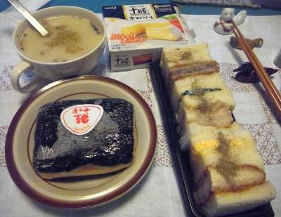 R0015820_0126夜-鮭サンドおにぎり、コーンスープ、ミックスサンド_400.jpg