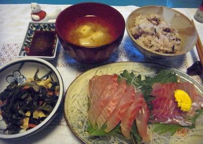 R0015894_0210夜-イサキ刺身、菜の花お浸し、赤豆ご飯、みそ汁_400.jpg