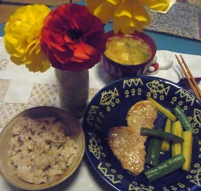 R0015906_0213夜-ポークヒレとキュウリのソテー、みそ汁、雑穀ご飯、ラナンキュラスの花_400.jpg