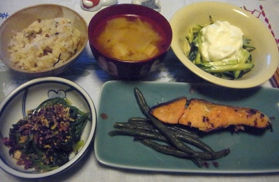 R0016092_0326深夜-鮭焼き、ほうれん草のお浸し、キュウリヨーグルトサラダ、みそ汁、雑穀ご飯_400.jpg