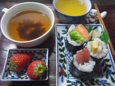 R0016230_0420昼-海苔巻き寿司、お吸い物、イチゴ_400.jpg