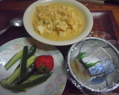 R0016233_0420夜-鯖寿司、入り豆腐、キュウリとイチゴ_400.jpg