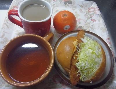 R0016237_0421昼-白身魚バーガー、スープ、カフェオレ、オレンジ_400.jpg